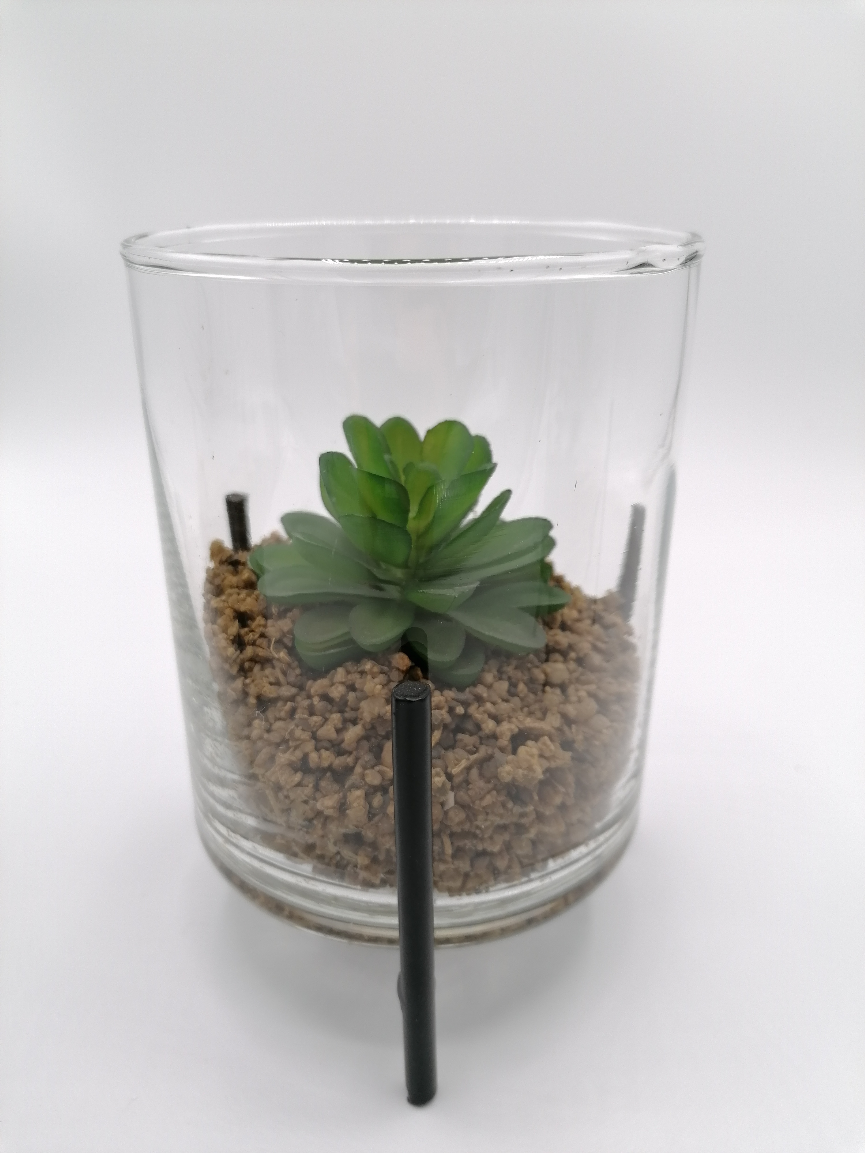 Metallgestell mit Kunstpflanze